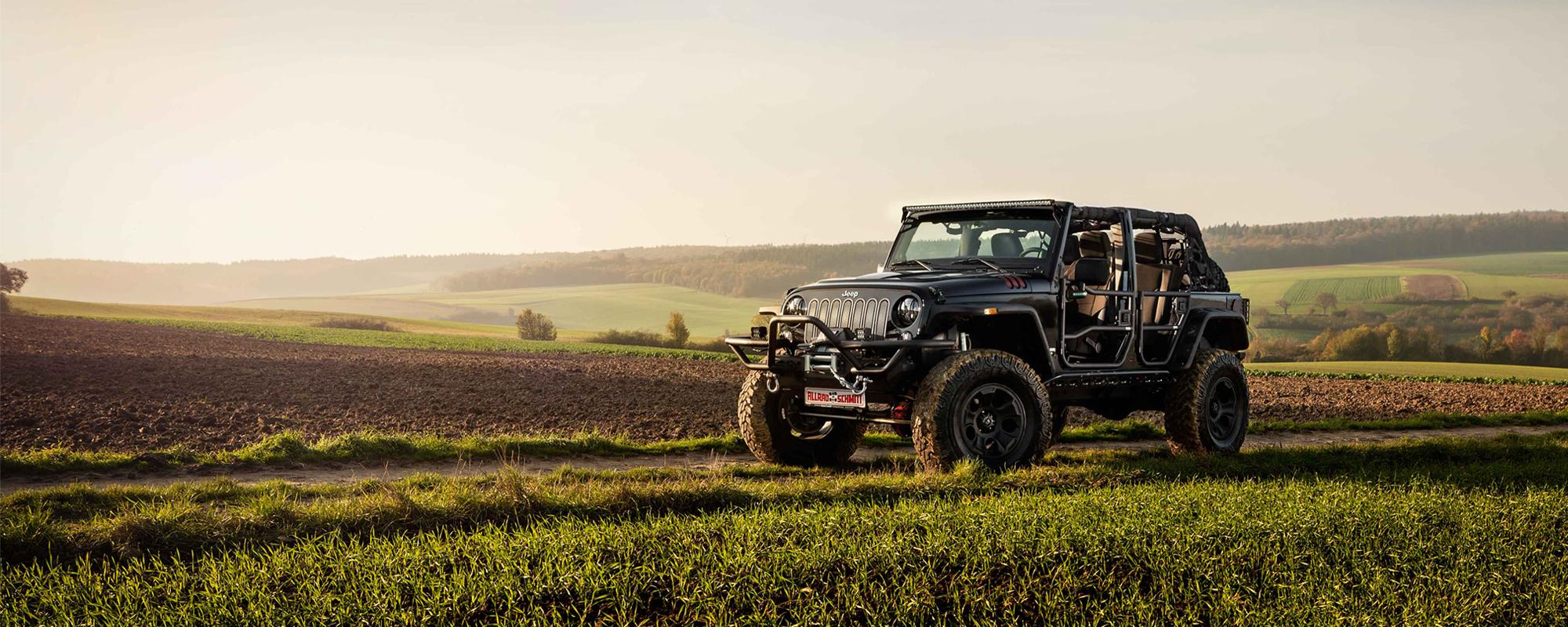Umgebauter Jeep Wrangler JK auf einem Feld